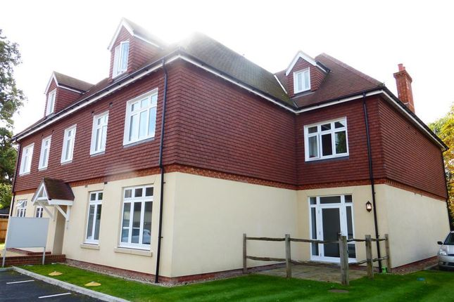Thumbnail Flat to rent in Bonehurst Road, Horley