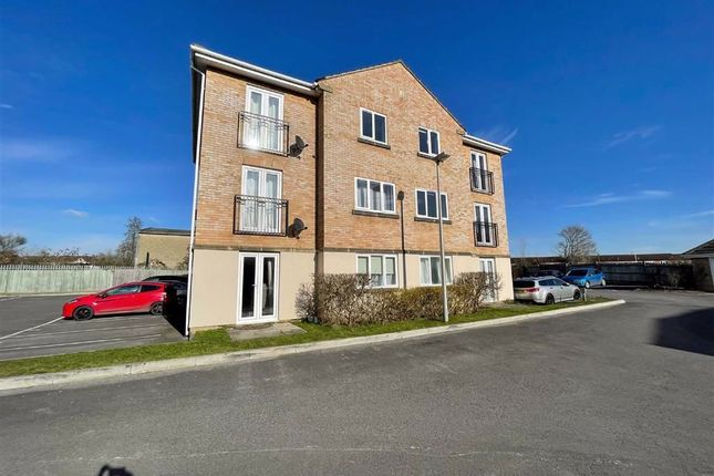 2 bed flat to rent in Tarn Howes Close, Thatcham RG19