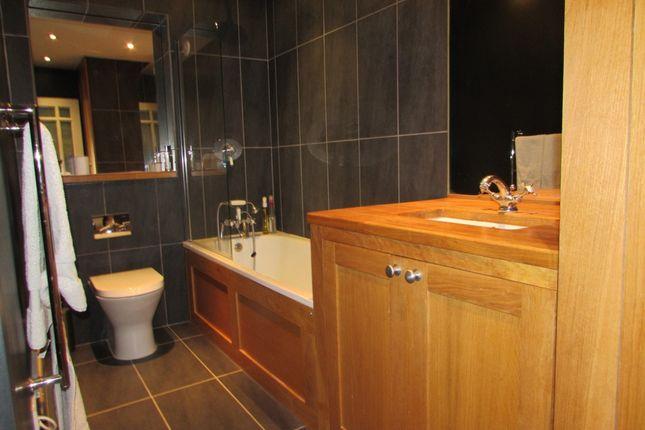Family Bathroom of Dartmouth House, Catherine Grove, London SE10