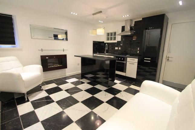 Flat to rent in The Parade, Roath, Cardiff