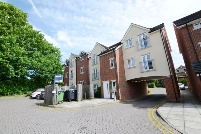 2 bed flat to rent in Cromwell Road, Camberley GU15