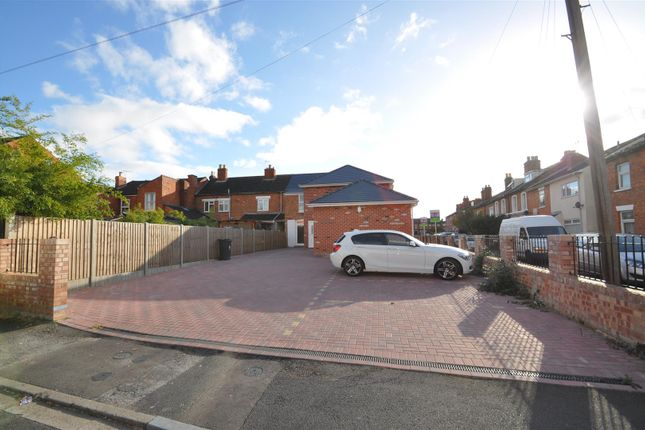 Thumbnail Flat for sale in Happy Land North, Worcester