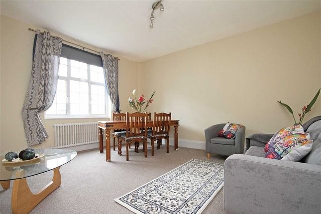 2 bed flat to rent in Kensington High Street, London