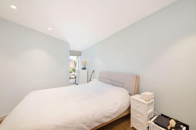 Bedroom of Kendal Steps, London W2