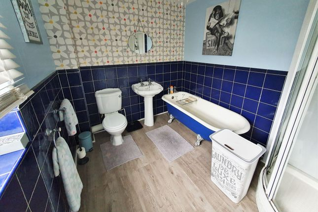 Bathroom of Vincent Close, Western Park, Leicester LE3