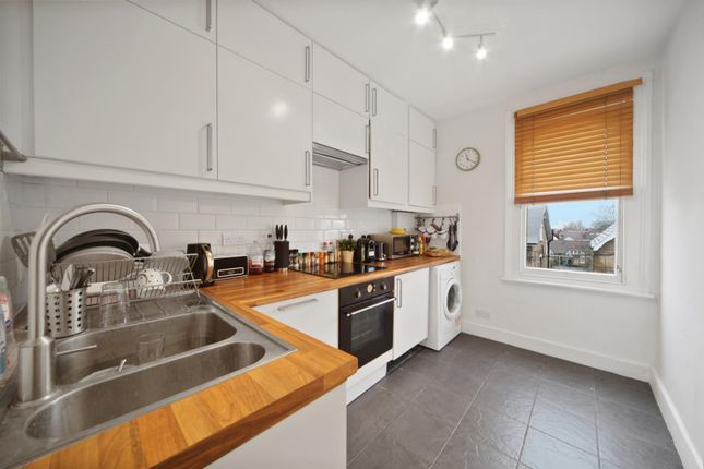 2 bed flat to rent in Hayter Road, London SW2