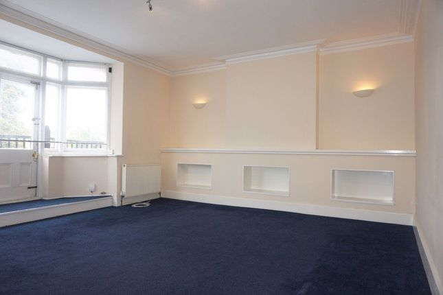 3 bed flat to rent in High Road, London E18