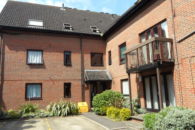 1 bed flat to rent in The Oaks, Moormede Crescent, Staines