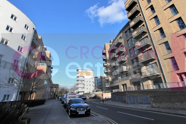 2 bed flat to rent in Connersville Way, Croydon