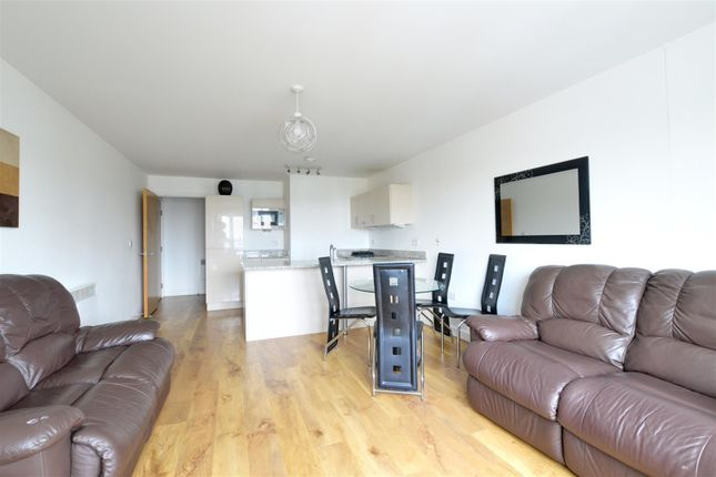 2 bed flat to rent in Park Lodge Avenue, West Drayton