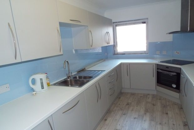 2 bedroom flat to rent in West Parade, Worthing