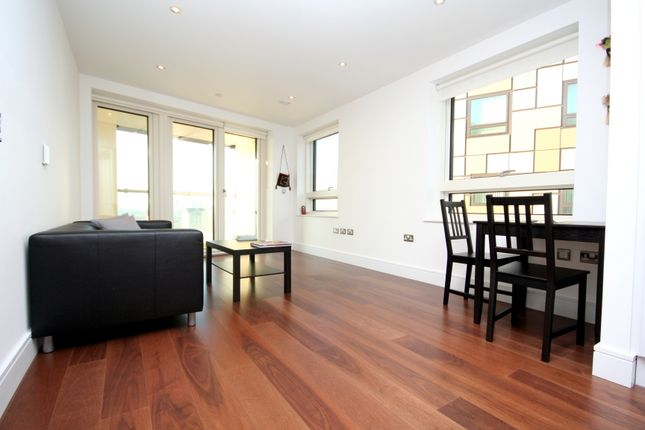 2 bed flat to rent in Lincoln Plaza, London