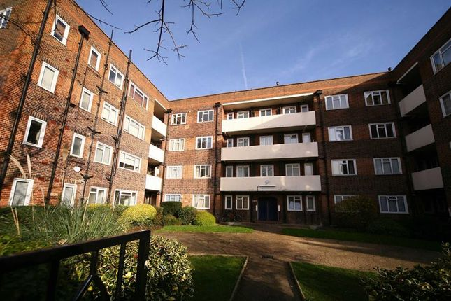 Flat to rent in Brewster Gardens, London