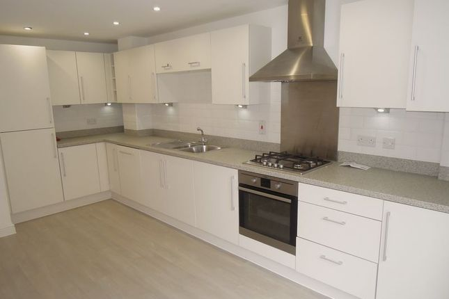 Thumbnail Town house to rent in Chadwick Road, Slough