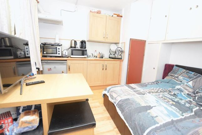 Thumbnail Studio to rent in London Road, Langley, Slough