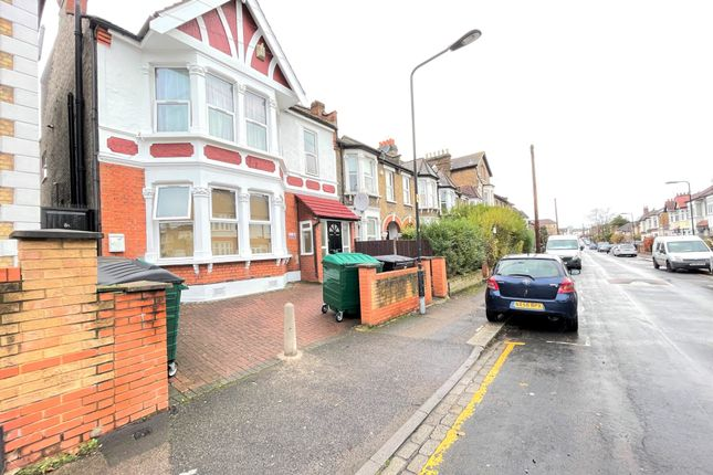 2 bed flat to rent in Goldsmith Road, London E10