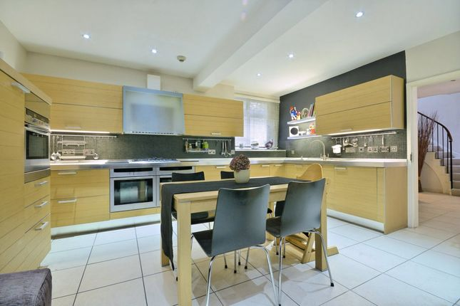 Thumbnail Town house to rent in Chester Close North, London