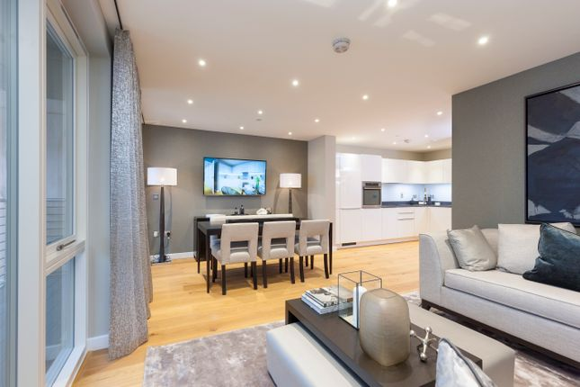 Thumbnail Flat for sale in Turnberry Quay, London