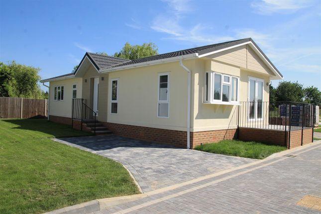 Thumbnail Mobile/park home for sale in Lyngfield Caravan Park, Huxtable Gardens, Bray, Maidenhead