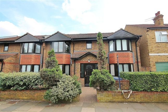 2 bed flat to rent in Banbury Court, Woodstock Avenue, London W13
