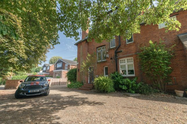 Thumbnail Flat to rent in Ray Park Road, Maidenhead