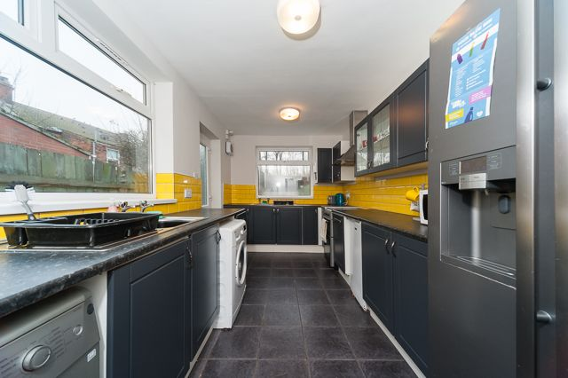 Thumbnail Shared accommodation to rent in Degrey Street, Newland Avenue, Hull