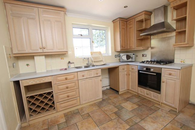 Thumbnail Flat to rent in Beechwood Avenue, Woodley, Reading