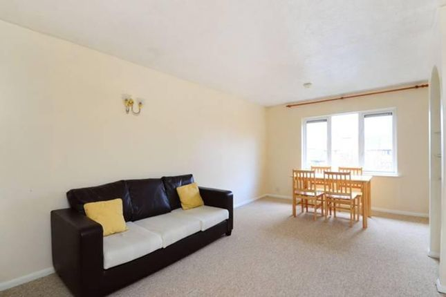 2 bed flat to rent in Abbey Drive, London