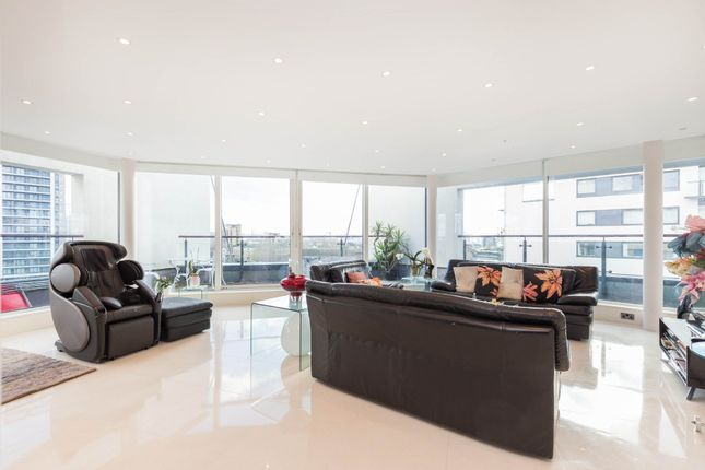Thumbnail Flat to rent in Boardwalk Place, Canary Wharf, London