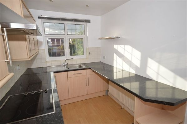 2 bed flat to rent in Upper Rainham Road, Romford, Essex