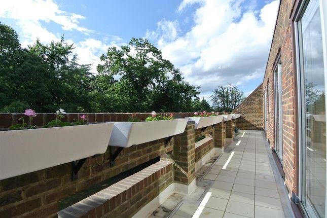 Thumbnail Flat for sale in Stroudwater Park, Weybridge