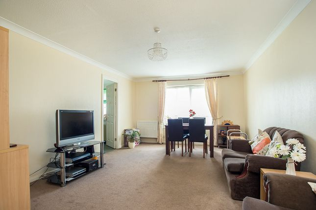 2 bed flat for sale in Hove Gardens, Sutton