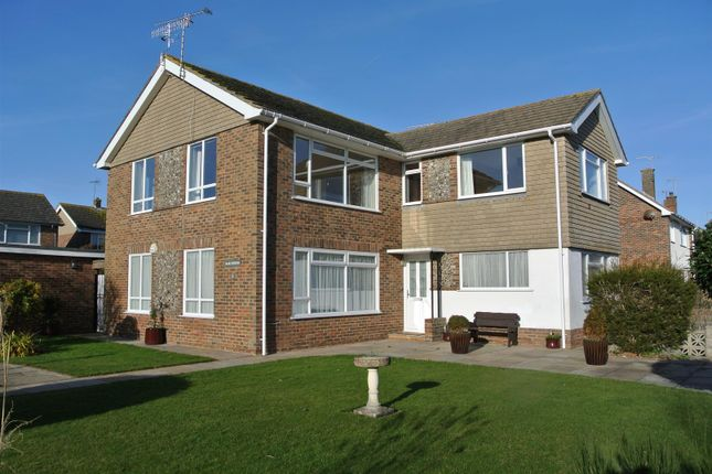 2 bedroom flat to rent in Falmer Close, Goring-By-Sea, Worthing