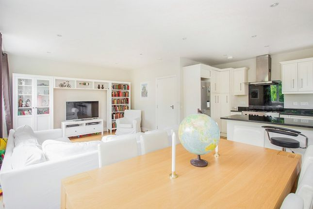 Thumbnail Flat for sale in Avenue Crescent, London