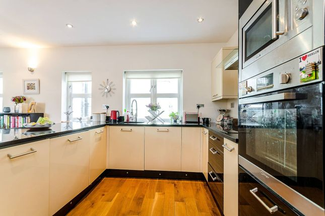2 bed flat to rent in Langley Mews, Surbiton