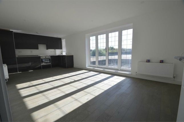 2 bed flat to rent in Glengall Road, Edgware HA8, Middlesex