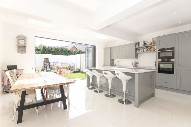 5 bed detached house to rent in Arthur Road, Horsham