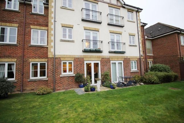 Thumbnail Flat for sale in Bath Road, Calcot, Reading