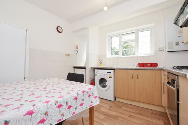 3 bed flat to rent in Wyndham Road, London SE5