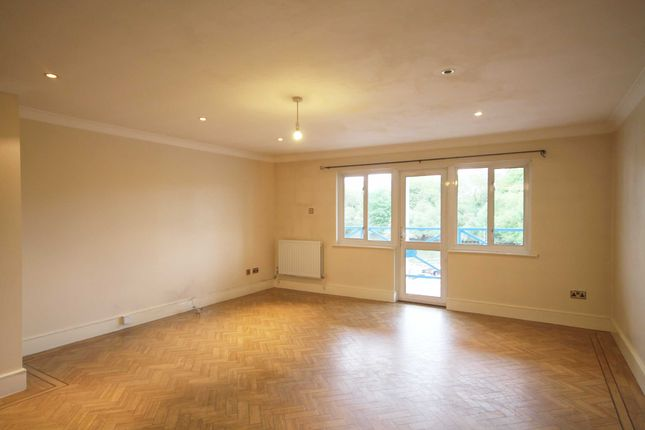 2 bed flat to rent in Strawberry Vale, Twickenham