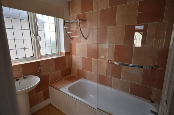 2 bed flat to rent in Upper Rainham Road, Romford, Essex