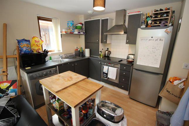 Thumbnail Flat for sale in Cowleaze, Chippenham