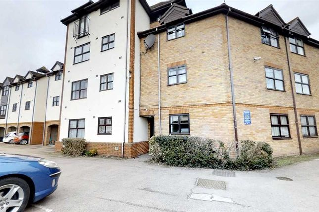 Thumbnail Flat for sale in Hampton Court, Templemead, Witham