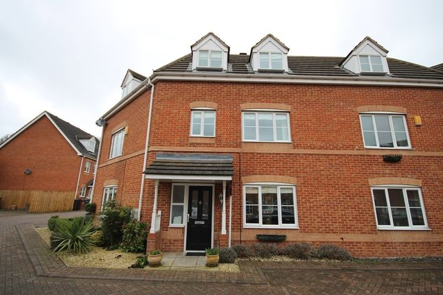 4 bed town house to rent in Redbarn Close, Leeds