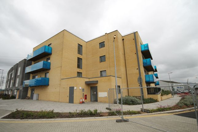 2 bed flat to rent in Crosness Road, Barking