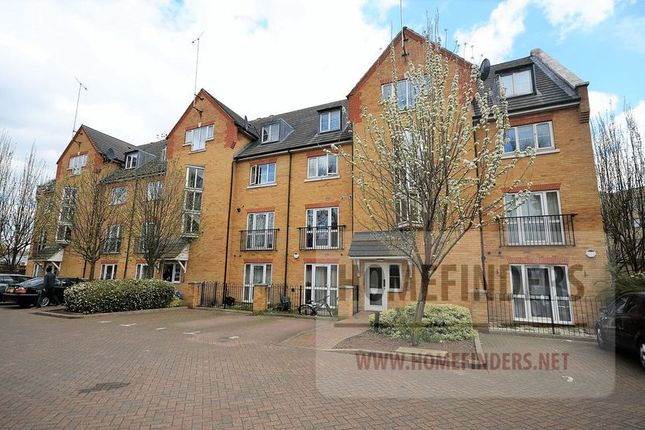2 bed flat to rent in Briary Court, Canning Town