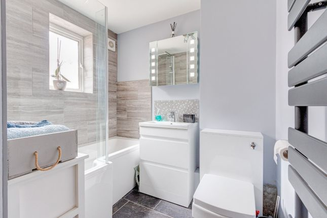 Bathroom of Newgate Close, St. Albans, Hertfordshire AL4
