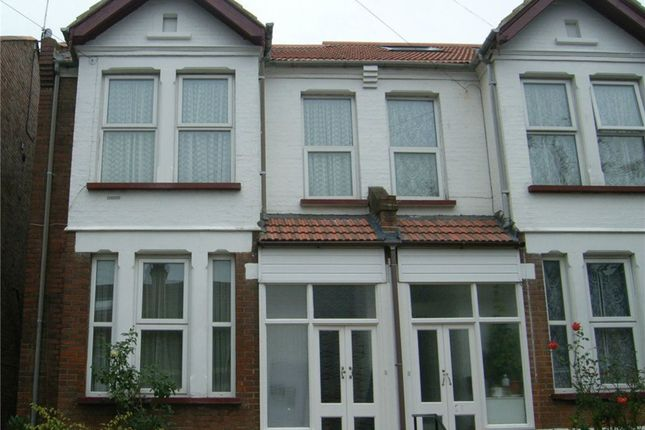 2 bed flat to rent in Byron Road, London