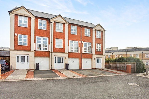 Thumbnail Town house to rent in Martins Court, York