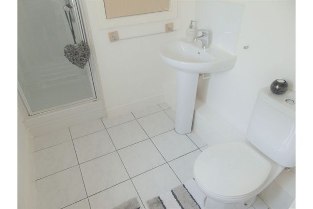 En-Suite of Fairbourne Walk, Oldham OL1